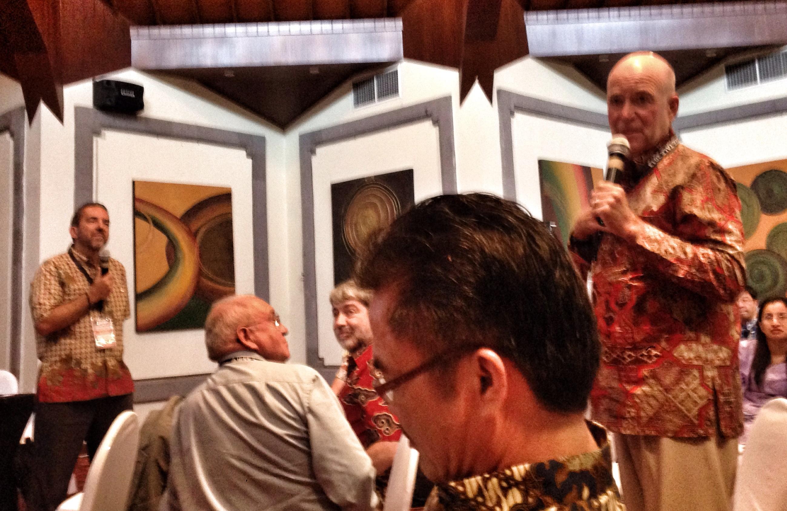 Prof Reisman berbincang dengan Prof Castro dan M Chesnais)